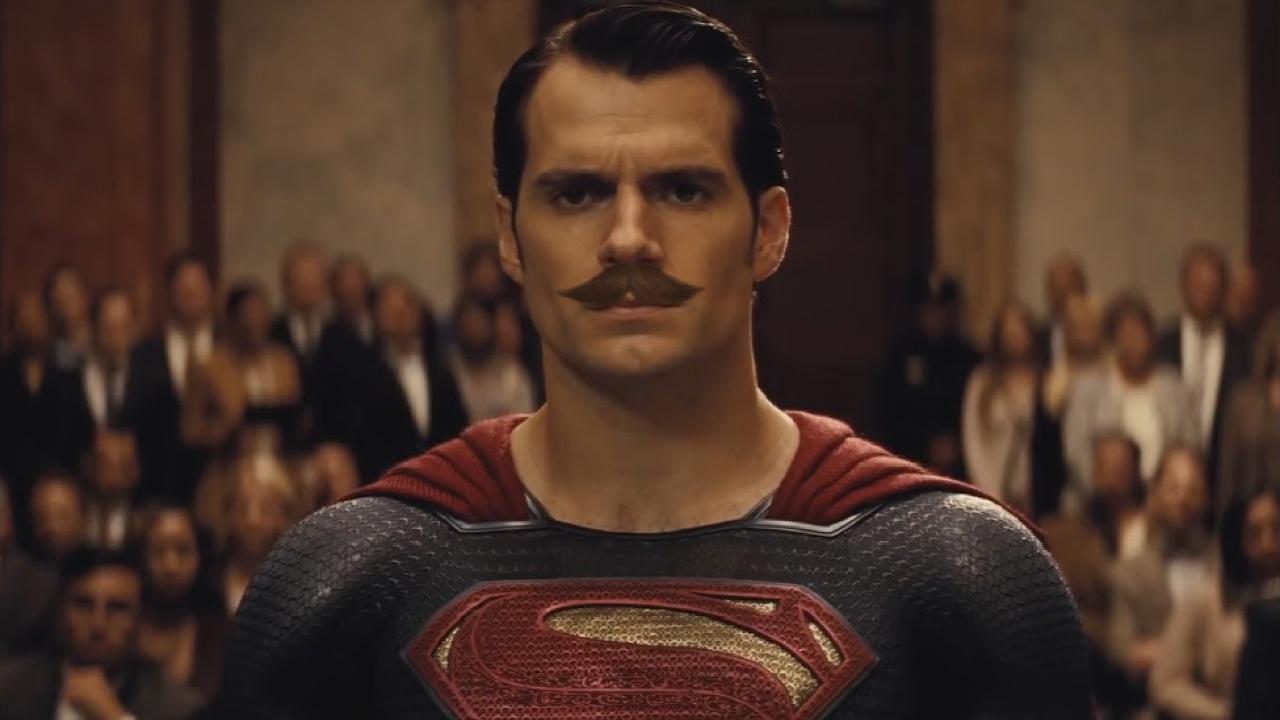 Bigode do Superman vira piada na mistura de Liga da Justiça com Bohemian Rhapsody